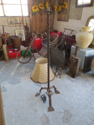 pied de lampadaire ancien en fer forg brocante en ligne du val d 39 arnoult. Black Bedroom Furniture Sets. Home Design Ideas